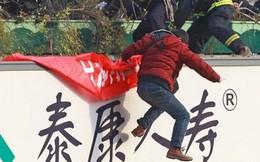 Nam thanh niên 18 tuổi cầm dao làm loạn rồi nhảy cầu tự tử