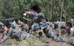 Nữ binh Trung Quốc khóc ròng vì huấn luyện đày ải