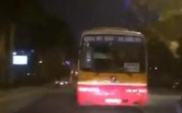 Choáng với clip xe buýt đi giật lùi trên phố ở Hà Nội