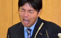 Chính trị gia Nhật đập bàn, gào khóc trong cuộc họp báo