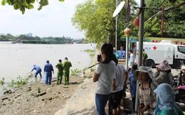Xác người đàn ông mặc quần jean đang phân hủy trên sông Sài Gòn