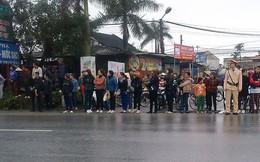 Nhiều người dân Thái Bình chờ xe tang tướng Ngọ đi qua