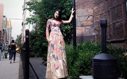 Tiếp viên trưởng xinh đẹp diện áo dài giữa phố New York