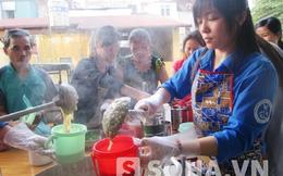 Sinh viên nấu hàng nghìn bát cháo miễn phí cho bệnh nhân nghèo