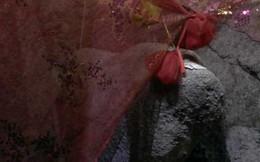 Phiến đá mang hình sản phụ lâm bồn ở ngôi đền cổ