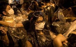 """Cảnh sát Hồng Kông: Hết cách nên """"đành"""" bắn đạn hơi cay!"""