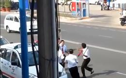 """Hai tài xế taxi cầm ống tuýp sắt """"choảng"""" nhau giữa phố"""