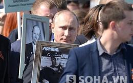 """Ngày Chiến Thắng: Putin ôm ảnh cha bước bên """"Trung đoàn bất tử"""""""