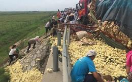 24h qua ảnh: Xe tải chở gà con đổ nghiêng, dân TQ lao ra hôi của
