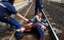 24h qua ảnh: Cả gia đình nằm giữa đường ray vì sợ vào trại tị nạn