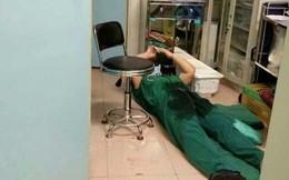 Hình ảnh bác sĩ ngủ thiếp trong phòng mổ vì làm việc kiệt sức gây xúc động mạnh
