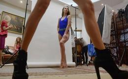 Đột nhập cánh gà xem người đẹp Nga chuẩn bị thi bikini