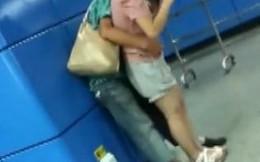 """Hành khách """"no mắt"""" vì cặp đôi """"vuốt ve"""" nhau ở trạm tàu điện"""