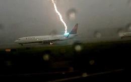 24h qua ảnh: Máy bay Boeing 737 bị sét đánh trúng