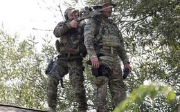 24h qua ảnh: Lính bắn tỉa Mỹ đứng phục trên mái nhà