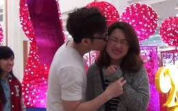 """Chàng trai hôn cả chục cô gái xinh trên phố Hà Nội nhờ """"ảo thuật xin hôn gái"""""""