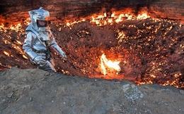 """Sốc với nhà thám hiểm đi vào """"cổng địa ngục"""" nóng 1000 độ C"""