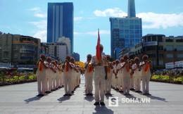 Người dân hò reo tán thưởng cảnh sát quốc tế diễu hành quân nhạc