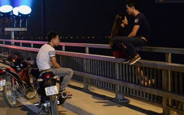 Hà Nội: Các cặp đôi vô tư đu mình lên thành cầu Nhật Tân để... tâm tình