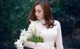 9X ĐH Nội Vụ mặc áo dài trắng tinh khôi khoe sắc bên hoa loa kèn