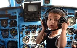 24h qua ảnh: Em bé thích thú chơi đùa trong buồng lái máy bay