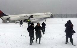 24h qua ảnh: Máy bay trượt đường băng làm hành khách hoảng loạn