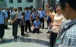 TQ: Cảnh sát quỳ gối, treo băng rôn khiếu nại cơ quan nhà nước