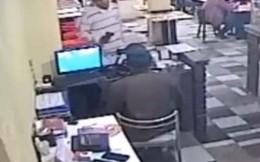 Thực khách ăn hoảng hồn vì chủ tiệm đấu súng với cướp