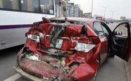 Ô tô 4 chỗ tấp vào lề đường bị xe khách tông bẹp dúm