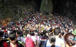 Hàng trăm nghìn người đổ về chùa Hương trong ngày nắng nóng