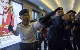 """Cảnh sát phải cứu du khách TQ đại lục bị dân Hồng Kông """"quây"""""""
