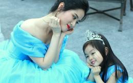 """Màn khoe sắc của mẹ con nhà """"công chúa Cinderella"""""""