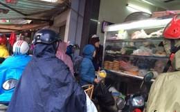 Đội mưa, xếp hàng mua xôi giò, bánh chưng cúng ông Táo