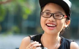 Phương Mỹ Chi cười tít mắt khi được bố Quang Lê đưa đi chơi