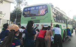 Du xuân bằng xe buýt: Hành khách phải đẩy xe