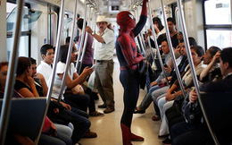 24h qua ảnh: Người đàn ông Mexico mặc đồ Spider-Man trên tàu điện