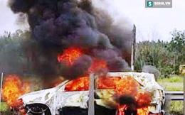Khách và tài xế hốt hoảng đạp cửa xe thoát thân khi xe cháy