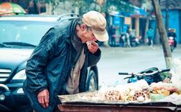 Lặng người trước cảnh cụ ông lang thang ăn đồ thừa ở xe rác