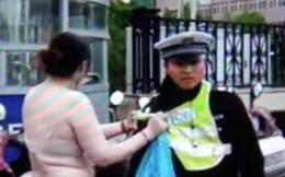 Vượt đèn đỏ bị cảnh sát bắt, người phụ nữ thoát y đối phó