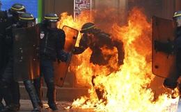 24h qua ảnh: Cảnh sát bốc cháy dữ dội sau khi trúng bom xăng