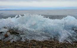 Clip ngoạn mục sóng liên tục vỗ bờ dù bị đóng băng