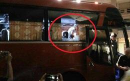 """CĐV Việt Nam """"muối mặt"""" trên báo quốc tế khi fan nhà ném vỡ kính xe đội Indonesia"""