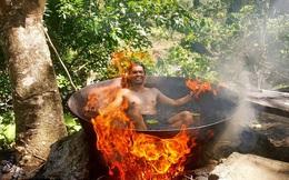 7 ngày qua ảnh: Kinh hãi với kiểu tắm trong vạc nước đun trên bếp lửa