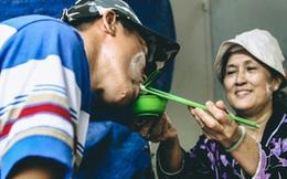 """Tô bún của """"mẹ"""" - Câu chuyện về bà giáo về hưu và anh bán vé số không tay ở Sài Gòn"""