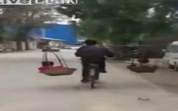 """Sốc với clip """"người vận chuyển bá đạo"""" vừa đạp xe vừa gánh hai đứa trẻ không cần giữ"""