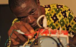 Từ phế liệu, một người đàn ông Togo đã chế tạo thành công máy in 3D giá rẻ nhất thế giới