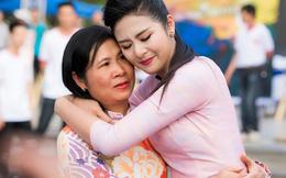 Hoa hậu Ngọc Hân ôm mẹ òa khóc trước hàng nghìn người