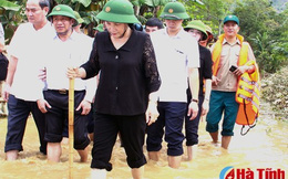 Chủ tịch Quốc hội thăm người dân vùng lũ