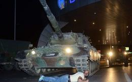 [CHÙM ẢNH] Người dân Thổ Nhĩ Kỳ lấy thân mình chặn xe tăng, ngăn đảo chính bằng mọi cách