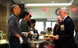 """24h qua ảnh: Sắp rời Nhà Trắng, vợ chồng Obama đi làm """"bồi bàn"""""""